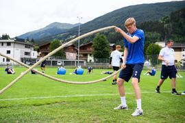Kraftzirkel beim KSC: Mittelfeldspieler Tim Breithaupt an einer der zwölf Stationen, die für die Spieler am Montagnachmittag aufgebaut wurden.