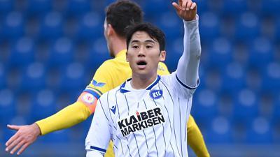 Beklagt Tor-Klau: Der südkoreanische Fleißarbeiter Kyong-Rok Choi versteht nicht, warum sein erster Treffer für den KSC in Braunschweig als Eigentor gewertet wurde.