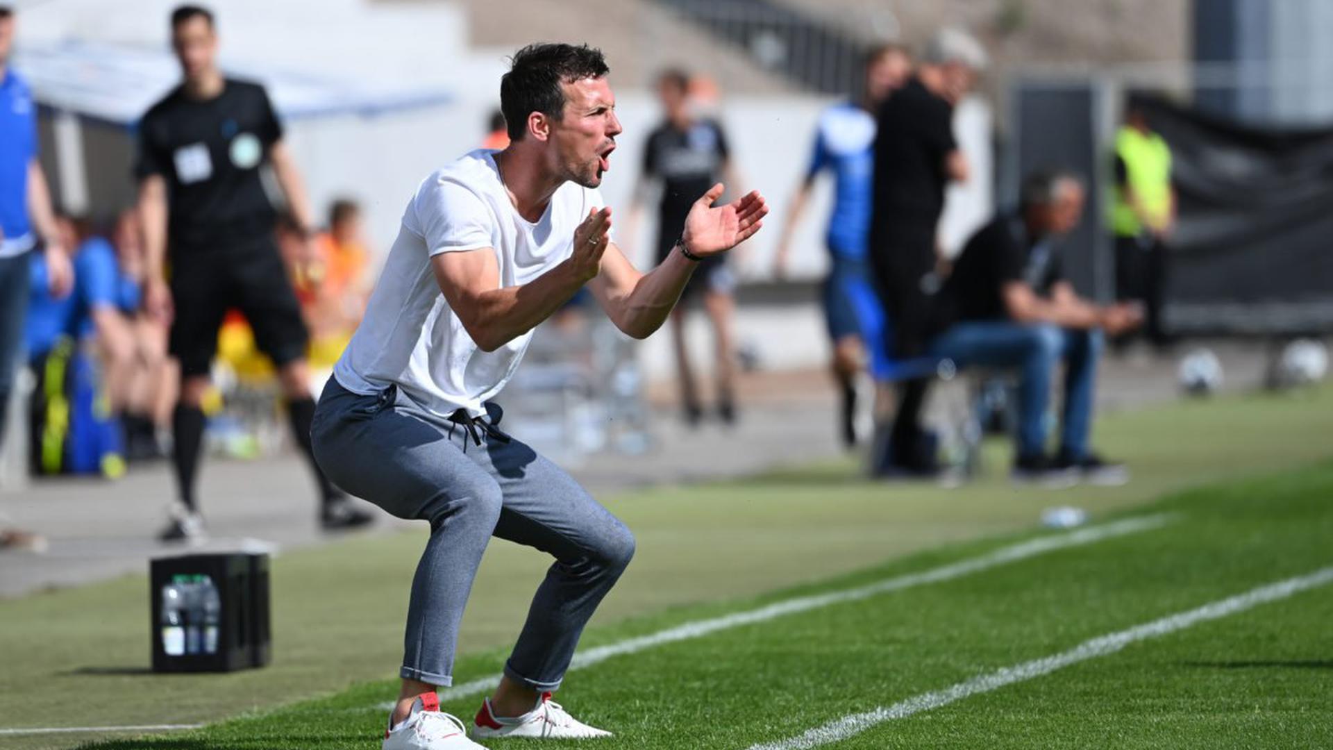 KSC-Trainer Christian Eichner feuert bei der Partie gegen Arminia Bielefeld Ende Juni seine Mannschaft an.