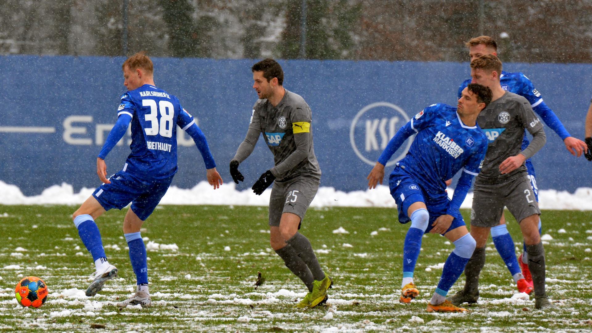 Rutschgefahr: Mit Tim Breithaupt, Philip Heise und Alexander Groiß (hinten) bemüht sich der KSC gegen die Walldorfer Nico Hillenbrand (25) und Maik Goß (2) um Stand.