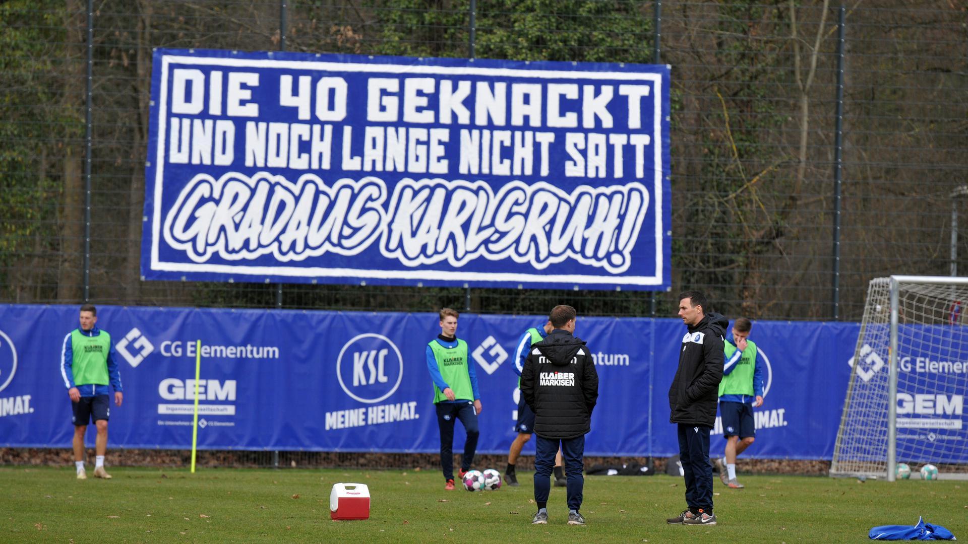 Nette Geste der Unterstützung: Anhänger des Karlsruher SC brachten während der Übstunde von Christian Eichner und Zlatan Bajramovic ein Plakat am Trainingsplatz an.