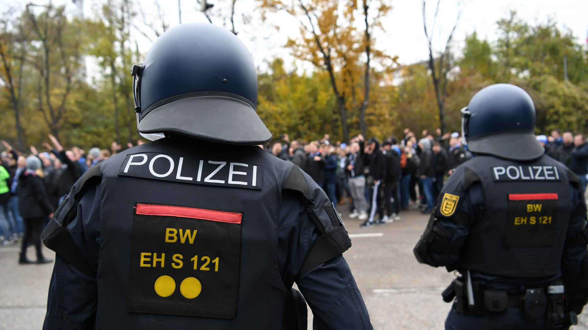 Fanmarsch des KSC begleitet von der Polizei.  GES/ Fussball/ 2. Bundesliga: VfB Stuttgart - Karlsruher SC, 24.11.2019  Football / Soccer: 2nd League: VfB Stuttgart vs Karlsruher SC, Stuttgart, November 24, 2019
