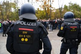 Unter stundenlanger Beobachtung: Der Polizei-Einsatz beim Derby des KSC in Stuttgart sorgte vor einem Jahr für viel Kritik.