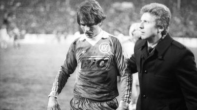 Jacken-Geschäft: Geschäftsführer Manfred Amerell begleitet den in der Saison 1981/1982 beim 1:1 gegen Gladbach vom Platz gestellten KSC-Verteidiger Rolf Dohmen in die Katakomben.