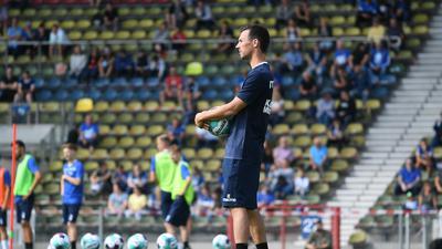 Aufmerksamer Beoabachter: KSC-Trainer Christian Eichner macht sich am Dienstag ein Bild von der Fitness der Spieler.