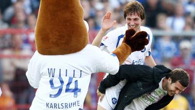 """Spaß mit """"Willi"""": Christian Eichner wird am 29. September 2007 nach dem Sieg gegen Borussia Dortmund von Andreas Görlitz über den Wildpark-Rasen getragen."""