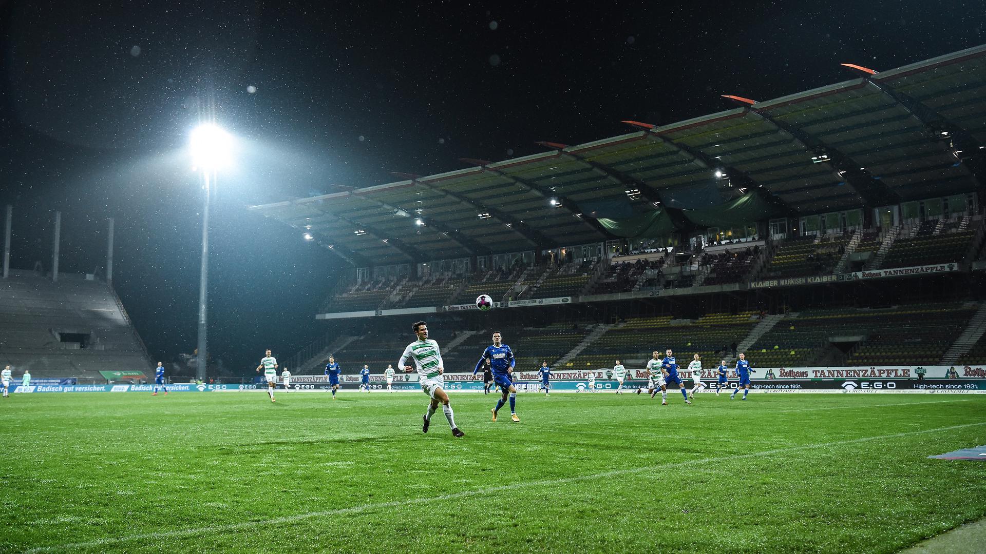 Letztmals in Betrieb: Das Zweitligaspiel des KSC gegen die Spvgg Greuther Fürth war am Freitagabend das Finale für die 28 Jahre alte Haupttribüne.