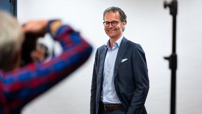 Der neue Praesident des Karlsruher SC Holger Siegmund-Schultze bei einem Fotoshooting nach der Wahl.