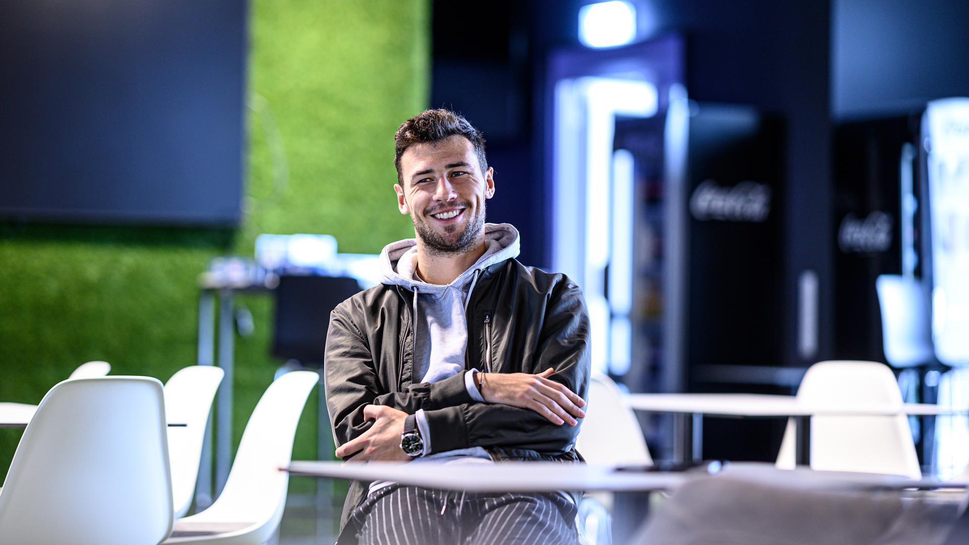 Ohne Blatt vor dem Mund: Mittelfeldspieler Lukas Fröde im Interview mit den BNN in der Pop-Up-Lounge des KSC.