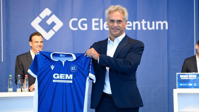 Ganz in blau: KSC-Vizepräsident Martin A. Müller präsentiert das neue Heimtrikot des KSC.