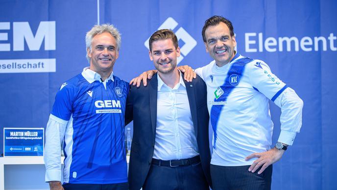 KSC-Vizepräsident Martin A. Müller, KSC-Geschäftsführer Michael Becker und Christoph Gröner, Vorstandsvorsitzender CG Elementum AG, (v.l.) bekennen Farbe.