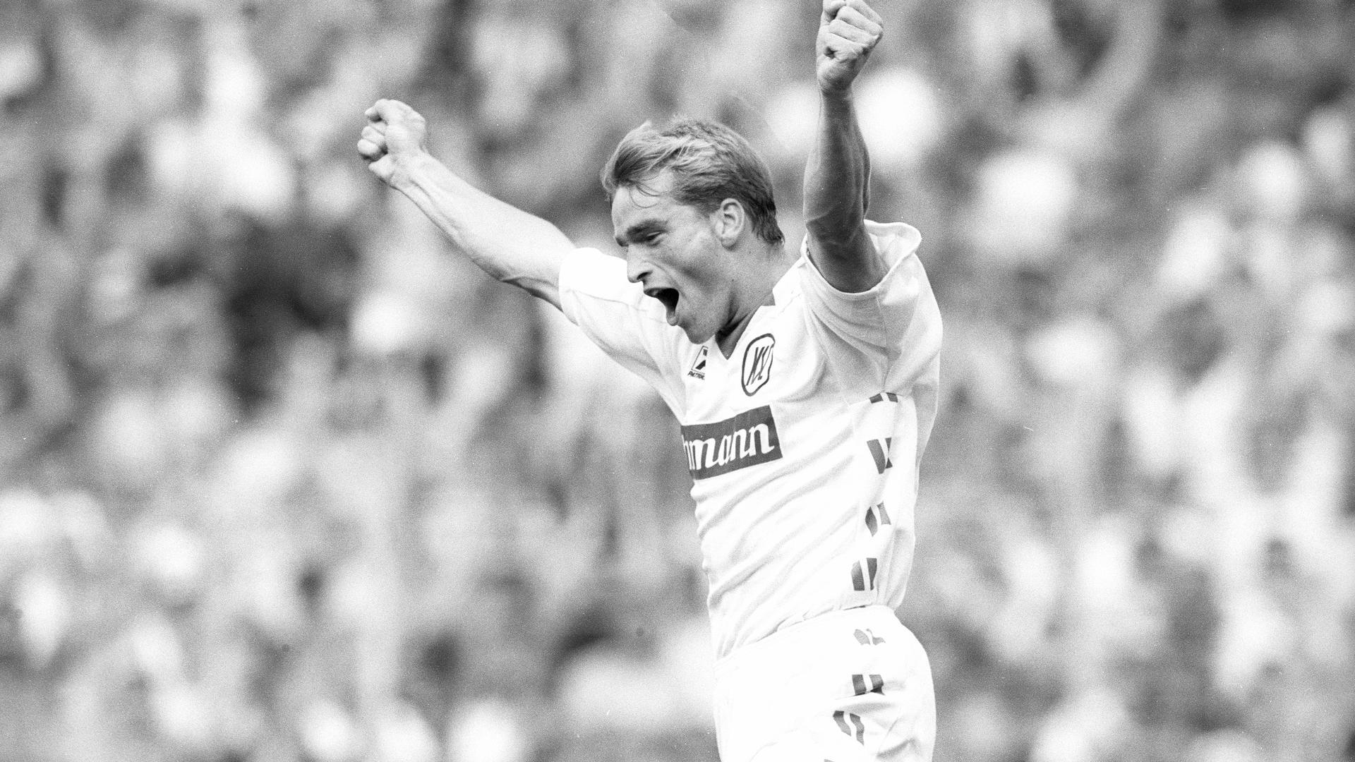 Jubel über den Fallrückzieher: Rainer Krieg freut sich am 15. August 1992 über seinen artistisch erzielten Treffer zur 3:2-Führung gegen Gladbach, dem er danach einen weiteren folgen ließ.