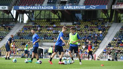 Training vor Zuschauern: Jerome Gondorf (KSC), Dominik Kother (KSC), David Trivunic / v.l.  GES/ Fussball/ 2. Bundesliga: Karlsruher SC - Auftakttraining Saison 2020/2021, 04.08.2020  Football/Soccer: 2. Bundesliga: First KSC Trainingsession new season, Karlsruhe, August 04, 2020