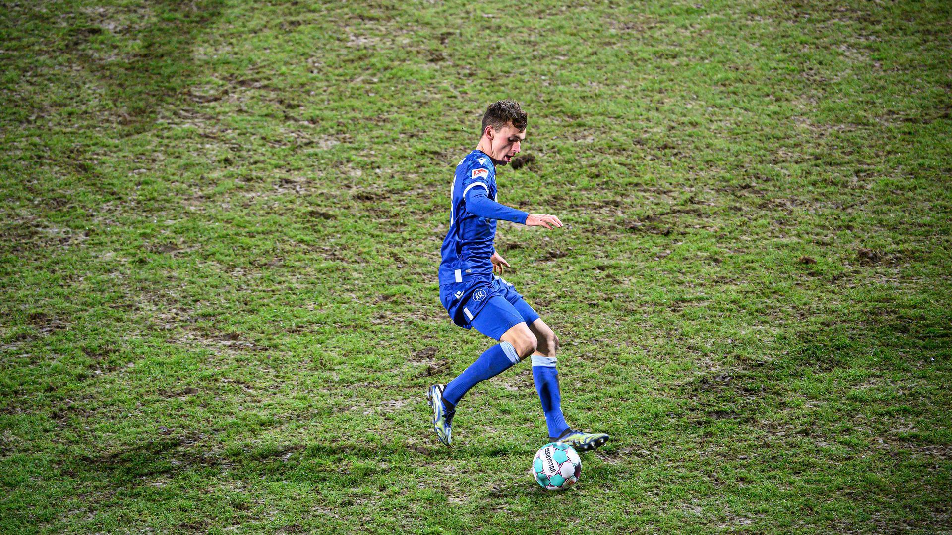Rasen in schlechtem Zustand: KSC-Profi Benjamin Goller bemüht sich im Heimspiel gegen Hannover 96 um Ballkontrolle.