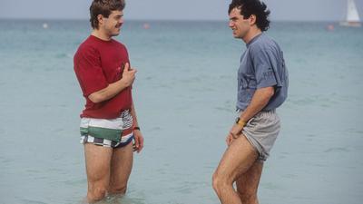 Am Strand von Dubai: Der Schrecken steckte den KSC-Profis Gunther Metz und Lars Schmidt (rechts) nach der Anreise noch in den Gliedern.