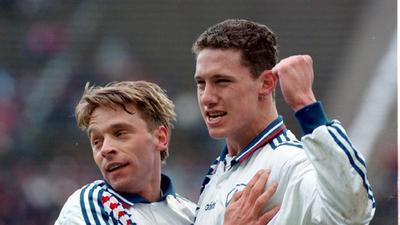 Das Idol als Teamkollege: Der KSC-Stürmer Sean Dundee (rechts) war Mitte der 1990er auch dank der Assists von Weltmeister Thomas Häßler einer der besten Bundesliga-Torjäger.