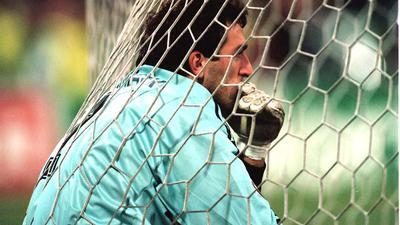 Fassungslos im Netz: KSC-Schlussmann Claus Reitmaier am 3. Dezember 1996 nach der 0:5-Niederlage gegen Bröndby, die er sogar noch in Grenzen hielt.