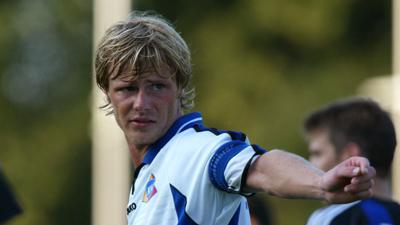 Kapitän mit 22: Marco Engelhardt im KSC-Trikot während eines Saisonvorbereitungsspiels am 15. Juli 2003 gegen den FC Brügge.