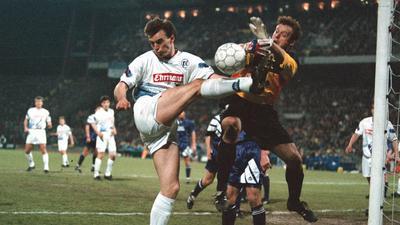 Nichts zu machen: Auch Jens Nowotny schafft es am 12. April 1994 nicht mehr, Casino Salzburgs Torwart Otto Konrad zu überwinden, um dem KSC den Finaleinzug zu bescheren.
