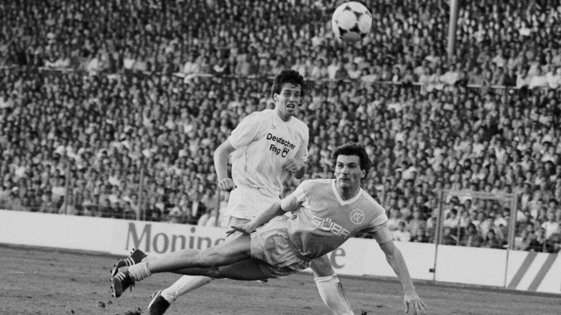 Schaufliegen: Vier Tage zuvor hatte Helmut Hermann den KSC in die Bundesliga geschossen, als er am 10. Juni 1987 mit dem KSC ein 1:1 gegen St. Pauli nachlegte.