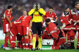 Beklemmende Momente im Wildpark: Kölns Torwart Faryd Mondragon wendet sich ab. Der am Boen liegende Umit Özat wird am 29. August 2008 von einem Pulk von Sanitätern und Spielern umringt.