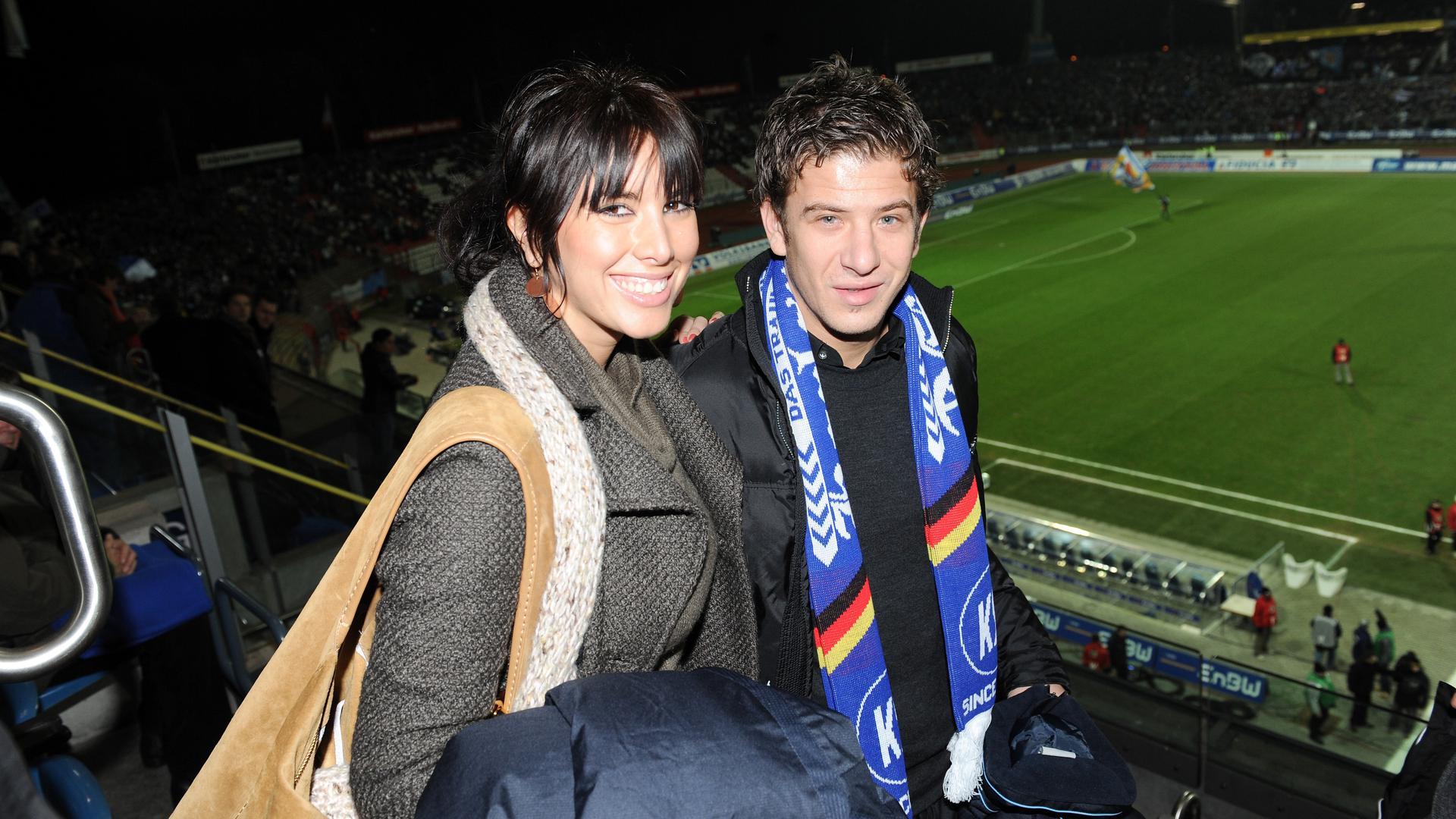 Ankunft aus Zagreb: Dino Drpic und seine damalige Frau Nives schauen nach der Vertragsunterschrift beim KSC dessen Pokalniederlage gegen Wiesbaden.