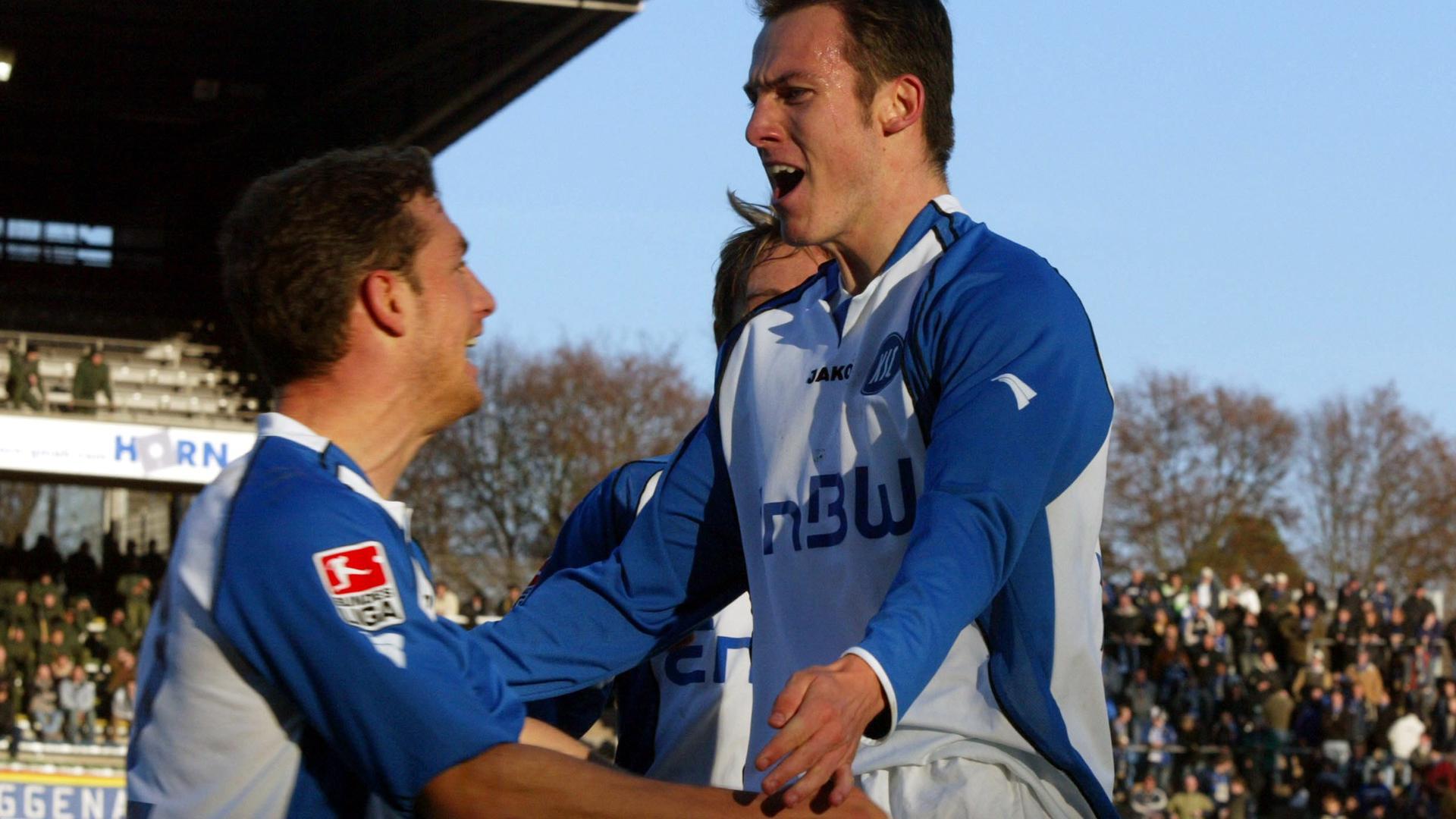 Dusch-Episode vergessen: Als Sebastian Freis (rechts), wie am 12. November 2004 gegen Eintracht Trier Tore erzielte, freute sich auch KSC-Kollege Thomas Kies mit dem und für den frechen Aufsteiger.