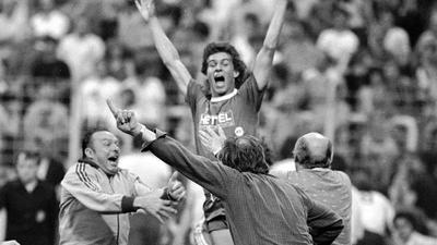 Bundesliga, wir kommen: Uwe Dittus jubelt mit Zeugwart Seppl Klimesch und Trainer Manfred Krafft (rechts) am 13. Juni 1980 über das 3:1 gegen Essen.
