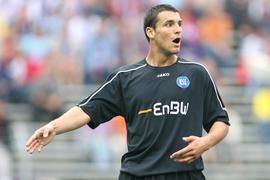 Langer Weg nach oben: Mario Eggimann gibt am 11. September 2005 in Aue einigen KSC-Mitspielern Anweisungen.