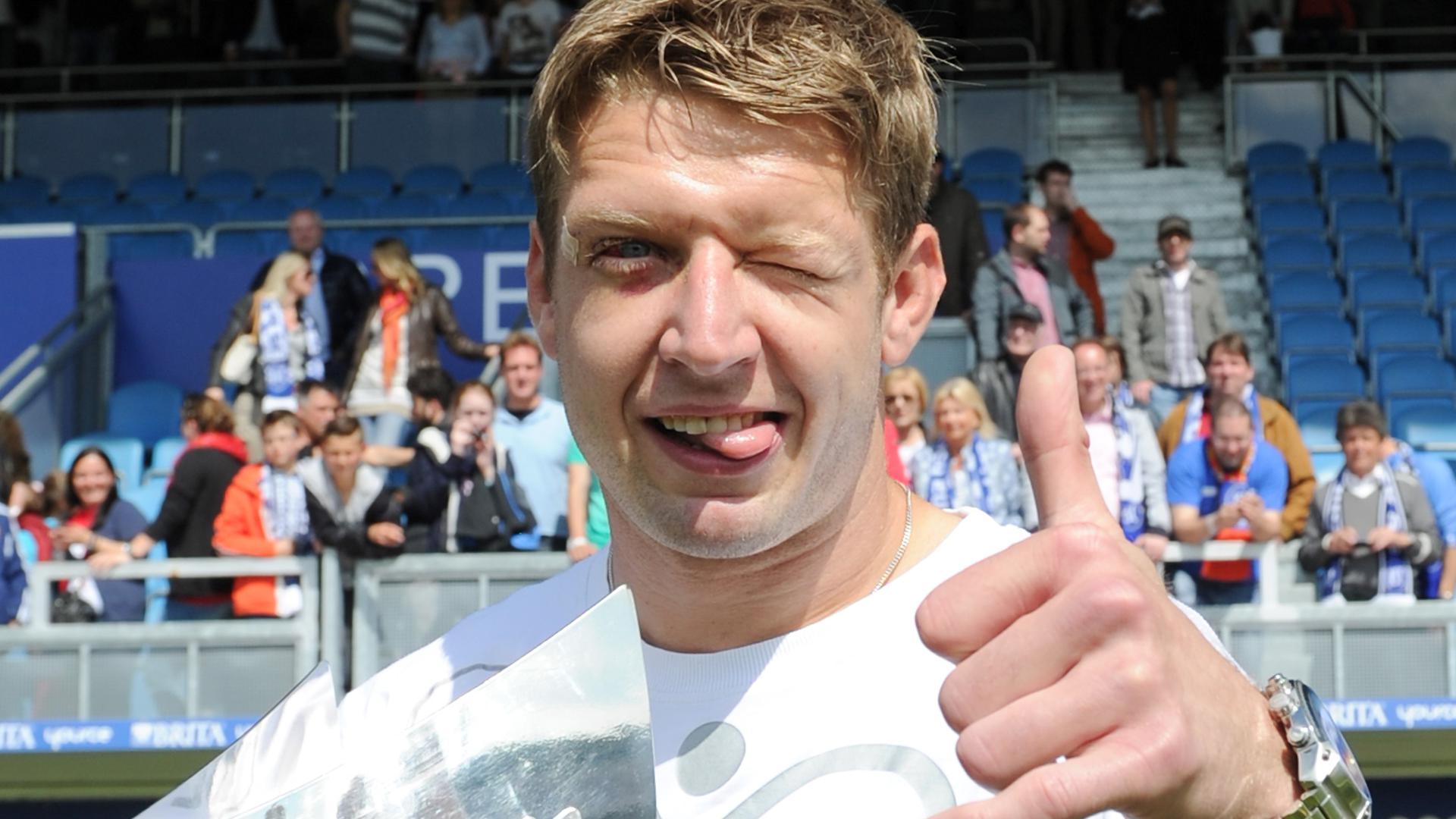 Ausrutscher als Aufsteiger: Die Spuren des Cuts über dem rechten Auge waren bei Dirk Orlishausen bei der Feier der Drittliga-Meisterschaft noch deutlich zu sehen.