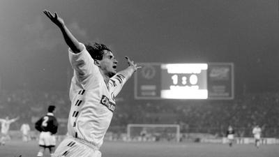 Tag der Legendenbildung: Edgar Schmitt jubelt am 2. November 1993 beim 7:0 des KSC gegen Spaniens Spitzenreiter CF Valencia viermal.