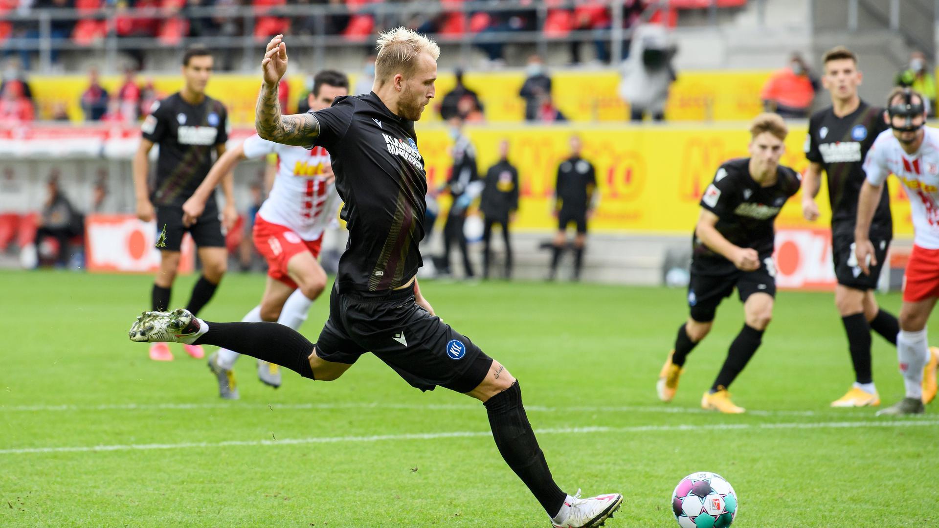 Schwach vom Punkt: Philipp Hofmann (rutscht weg beim Strafstoß., der zur Beutegs Schlussmann Alexander Meyer wird.
