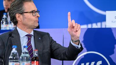 Als Versammlungsleiter gefragt: Holger Siegmund-Schutze, beim Karlsruher SC der Präsident des e.V. und damit der Vorsitzende im Beirat der KGaA.