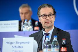 Auf Lösungssuche: Der KSC mit seinem Präsidenten Holger Siegmund-Schultze muss mit dem Hamburger Vermarkter Sportfive als bestätigten Vertragspartner eine Einigung finden.