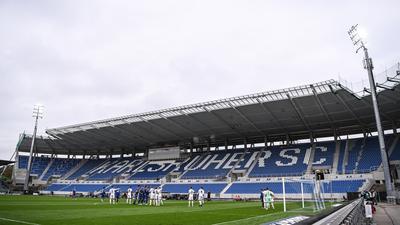 Erfreulicher Ausblick: Spielszene im Wildparkstadion beim 3:0-Sieg der Heimelf über den SV Sandhausen vor der neuen Osttribüne, die Ende November fertig sein soll.