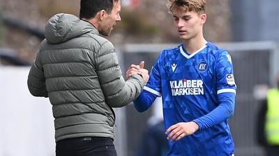 Ausgewechselt: Trainer Christian Eichner klatscht Dominik Kother ab, der im Duell mit dem SV Sandhausen das zwischenzeitliche 2:0 für den KSC erzielt hatte.