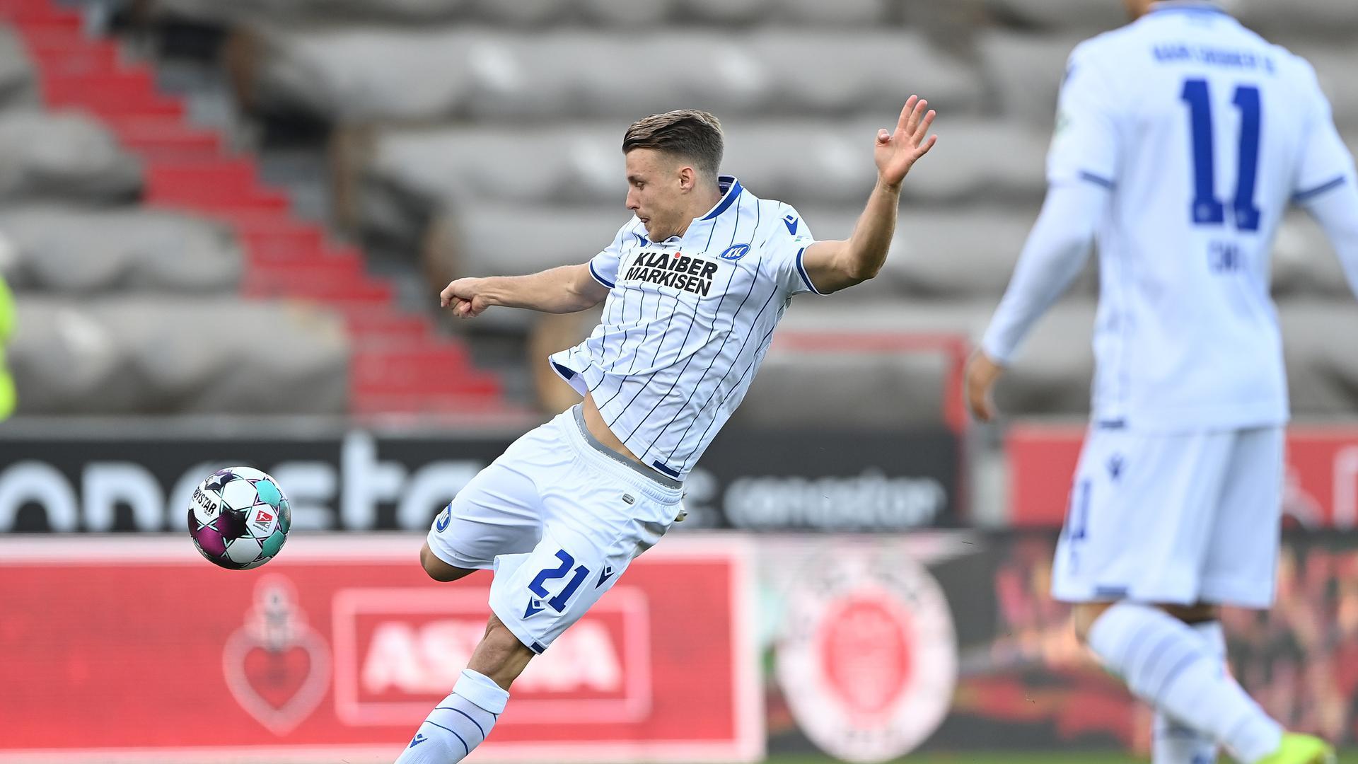 Schuss ins Glück: Karlsruhes Rechtsverteidiger hält in der vierten Spielminute am Millerntor einfach mal drauf und verschafft seiner Mannschaft damit den perfekten Start.