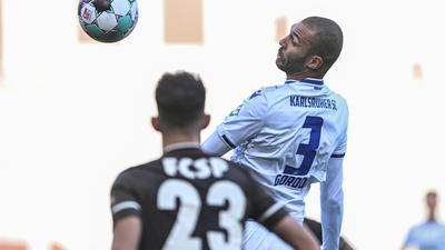 Mit Kopf-Routine: Als Standby-Profi zurückgeholt, gab Daniel Gordon (rechts) beim 3:0 in Pauli vor der Länderspielpause eine gute Figur ab. In Braunschweig winkt ihm möglicherweise der nächste Einsatz.