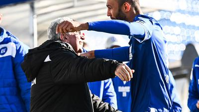 Letzter Torjubel in KSC-Diensten: Zeugwart Hüseyin Cayoglu schließt den Siegtorschützen Daniel Gordon nach dessen Treffer des Nachmittags in die Arme.