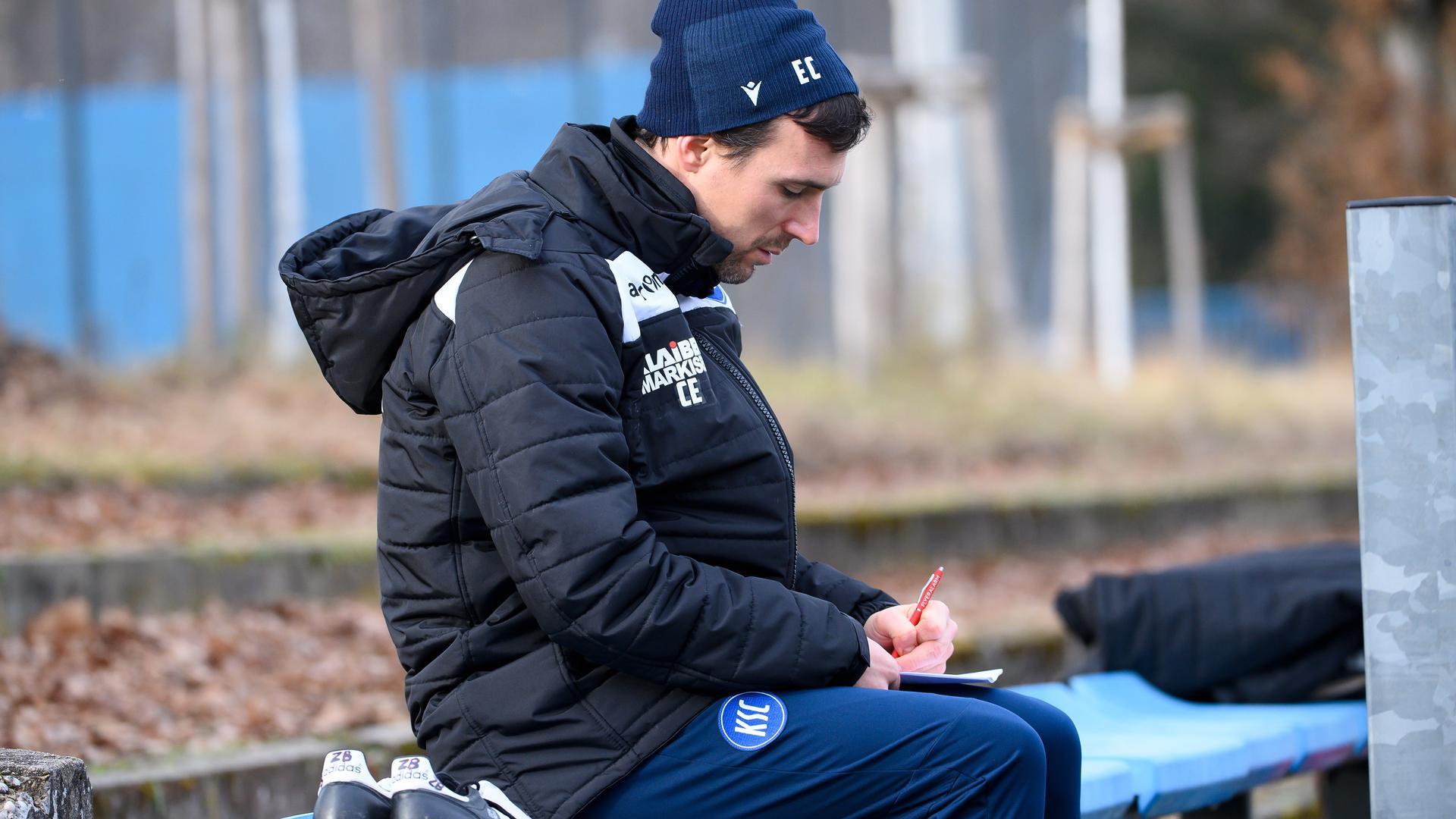 Zettel-Eichner: KSC-Trainer Christian Eichner macht sich während der Übungseinheit seiner Mannschaft Notizen.