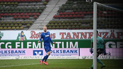 Großchance zum 2:0: Nach einem Kopfball des achtmaligen Saisontorschützen Philipp Hofmann klatschte die Kugel ans Lattenkreuz des von Kevin Müller gehüteten Heidenheimer Tores.