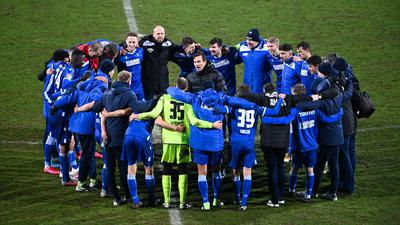 Der Kreis als Ritual: Cheftrainer Christian Eichner schart im Anschluss an die Spiele die KSC-Profis um sich und appelliert an deren Zusammenhalt.