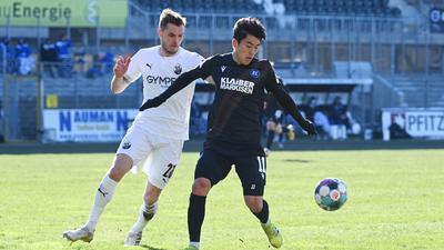 Matchwinner für den KSC: Der zweimalige Torschütze Kyong-Rok Choi setzt sich gegen den Sandhäuser Nils Röseler durch.