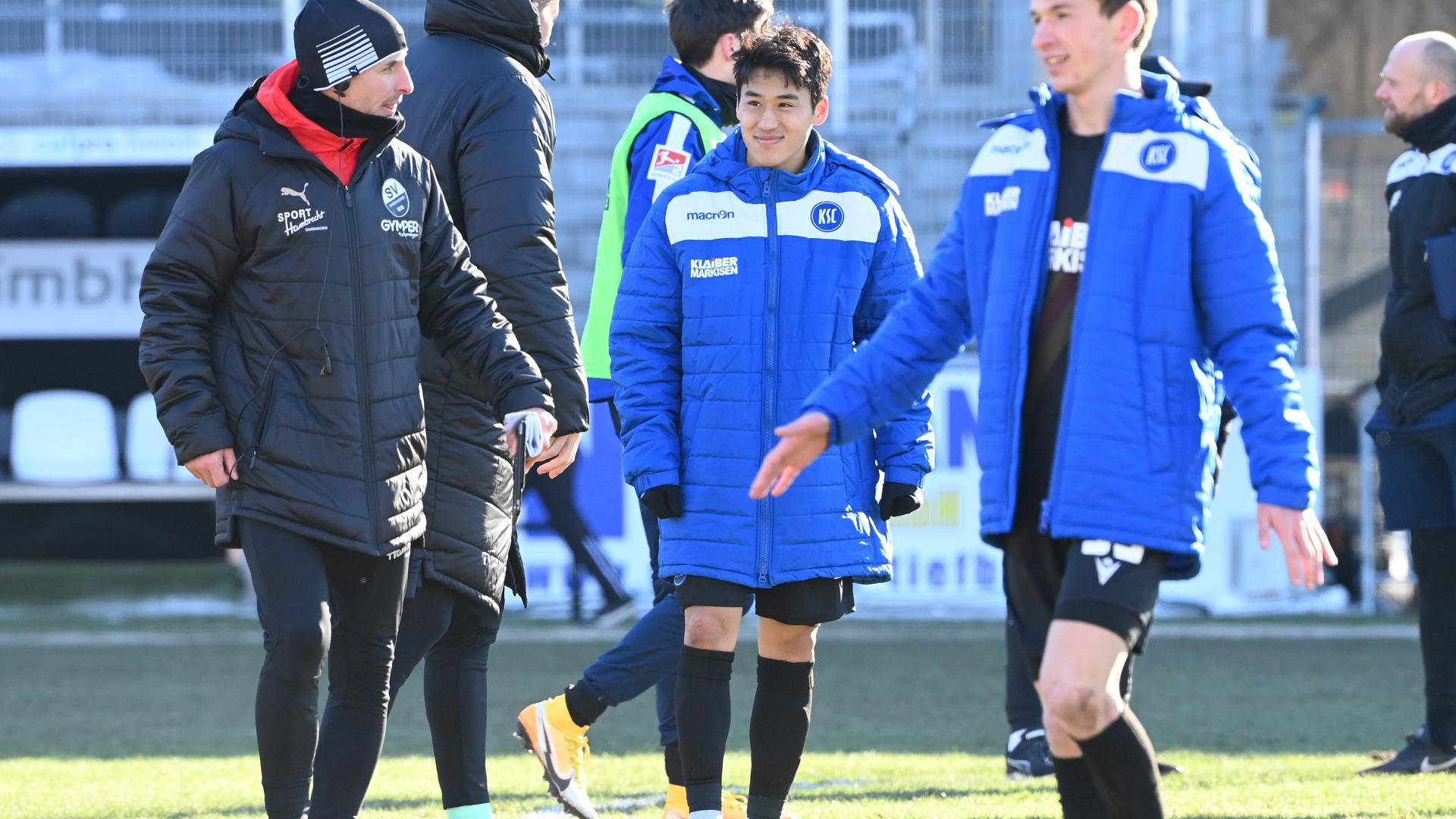 Glücklich nach Spielende: Karlsruhes Doppel-Torschütze Kyoung-Rok Choi verlässt nach dem 3:2-Sieg seiner Mannschaft in Sandhausen den Ort des Geschehens.