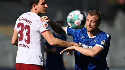 Komplett abgemeldet: KSC-Torjäger Philipp Hofmann machte bis zu seiner Auswechslung nach 86 Minuten gegen Georg Margreitter und dessen Nebenmann Lukas Mühl keinen Stich.