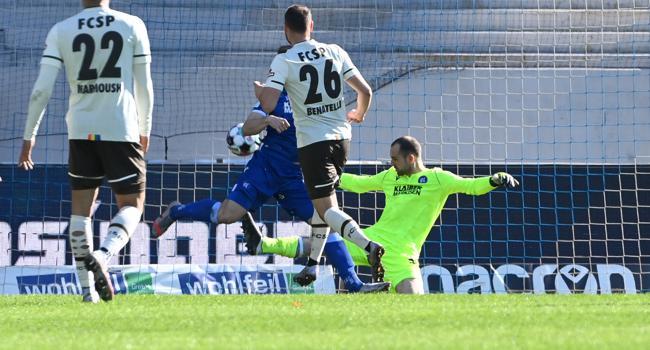 Gersbecks zweite Glanztat: Mit einer starken Parade gegen St. Paulis Mittelfeldspieler Rico Benatelli verhindert der KSC-Schlussmann in der 57. Spielminute einen Rückstand seiner Mannschaft.