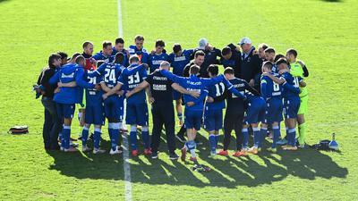 Zusammenhalt gefragt: Nachdem sich die Profis des Karlsruher SC zwei Wochen lang nur bei Zoom-Konferenzen sahen, werden sie die kommenden vier Wochen viel Zeit miteinander verbringen.