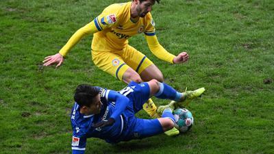Torlos auf üblem Geläuf: Fabio Kaufmann wird im März beim 0:0 mit Braunschweig von seinem künftigen Karlsruher Mitspieler Kyoung-Rok Choi vom Ball getrennt.