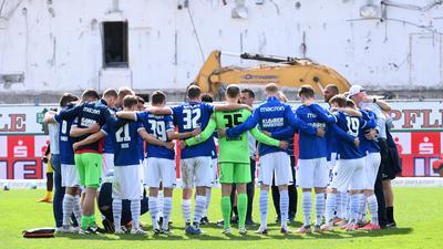 Teamkreis nach dem Spiel: Die Mannschaft des Karlsruher SC muss zu den letzten sieben Saisonspielen eine innere Haltung finden.