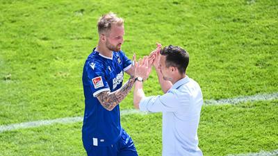 Abklatschen nach Abpfiff: Zumindest für diese Saison feierte KSC-Trainer Christian Eichner letztmals einen Torerfolg des Angreifers Philipp Hofmann, der beim 3:2 über Kiel wieder Eigenwerbung betrieb.